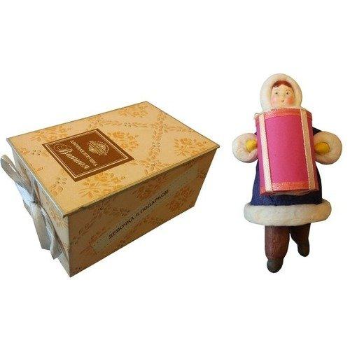 Коробка с ватной игрушкой малой Девочка с подарком